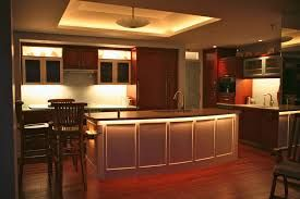 stylowe oświetlenie podszafkowe w mieszkaniu